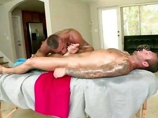 Straighty hunk turns for bear masseuse