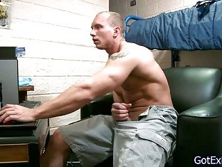 Muscled dude wanking his jizzster on the net