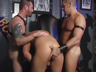 fetish beefy guys threeway sucking fucking