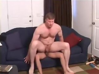 Amateur muscle gets laid on the sofa