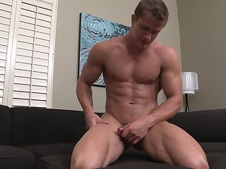 Muscle hunk jerks off his pole