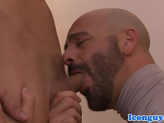 Muscled dilf throating skinny bottoms cock