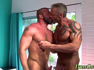 Muscled hunks suck n tug