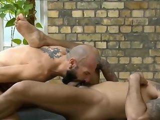 Guy gets a gay blowjob session through gloryhole