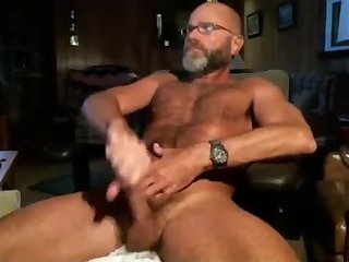 Sexy older guy gives his piss pump a workout