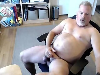 Portly DILF dumps a load