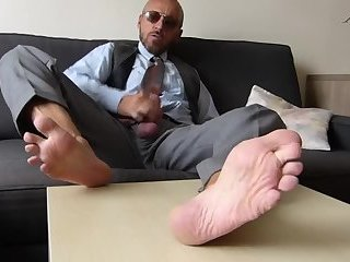 Business dilf shows you his sexy feet while beating off