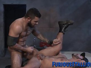 Muscly hunk gets jizzed