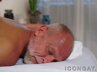 Gray daddy enjoys an oral session with muscled masseur