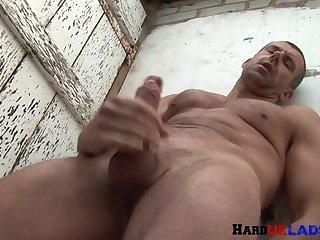 Ripped UK hunk wanking hard dick outdoors