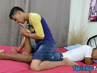 Asian twink worships his lovers feet and bare fucks him
