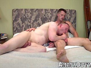 Muscular homo Quentin Gainz rammed with raw cock by soldier