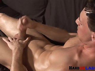 Sporty UK stud wanking after stripping down