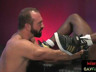 Muscley stud shoves dildo up black hole