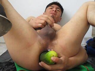 metiendome 3 pepinos en mi culito