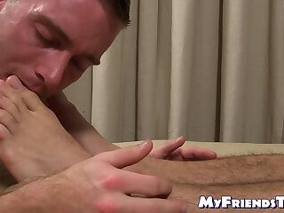 Hunk enjoys jacking off while his toes are sucked and licked