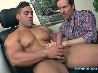 Big powerful hunk mouthfucking a guy