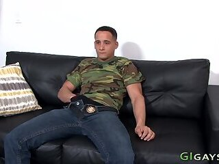Muscled soldier cums tugging his shlong