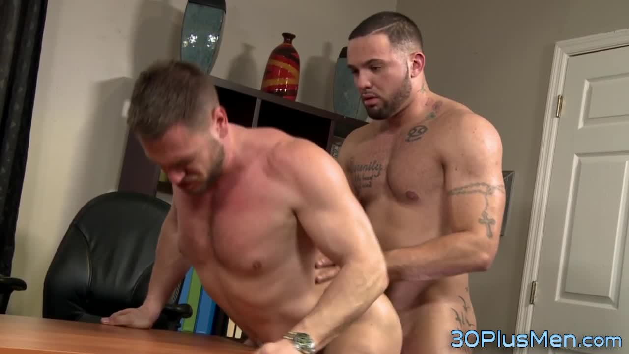Muscled dude face spunked